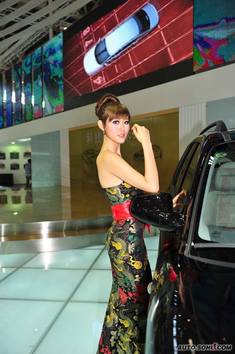 江淮模特图片_江淮旗袍装美女车模