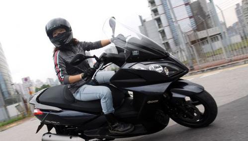 体内射粹�*��.��9i'9`_车迷频道 摩托车     乘骑时由于手部更舒适,整体上有更好的操控感.