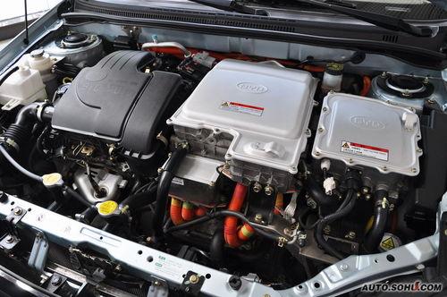 双模动力按钮 全球首款不依赖充电站的商业化双模电动车 F3DM双模电动车是全球第一款上市的不依赖充电站的商业化电动车,而日本丰田新型混合动力车以及美国通用Volt的上市时间都排到了2010年和2011年后,比亚迪比他们提前2到3年实现了可插入式双模电动车的商业化。 传统混合动力汽车智能用发动机为蓄电池供电,而比亚迪DM双模电动车除此之外,还可通过专业充电站、家用插座、太阳能充电三种模式进行蓄电池供电。 汽车产业进入电动车时代 F3DM低碳版双模电动车是全球首款量产的双模电动车,意味着汽车产业进入0油的电