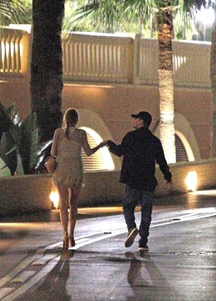 """,两人手牵手在月光下散步,看着非常浪漫. """"他看起来沉浸在爱河"""