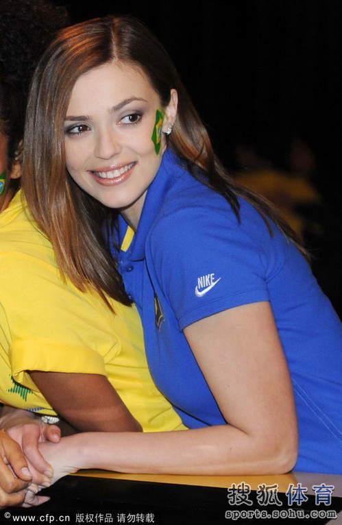 ...球衣发布Party.一名长相酷似卡卡娇妻卡罗琳的巴西足球宝贝...