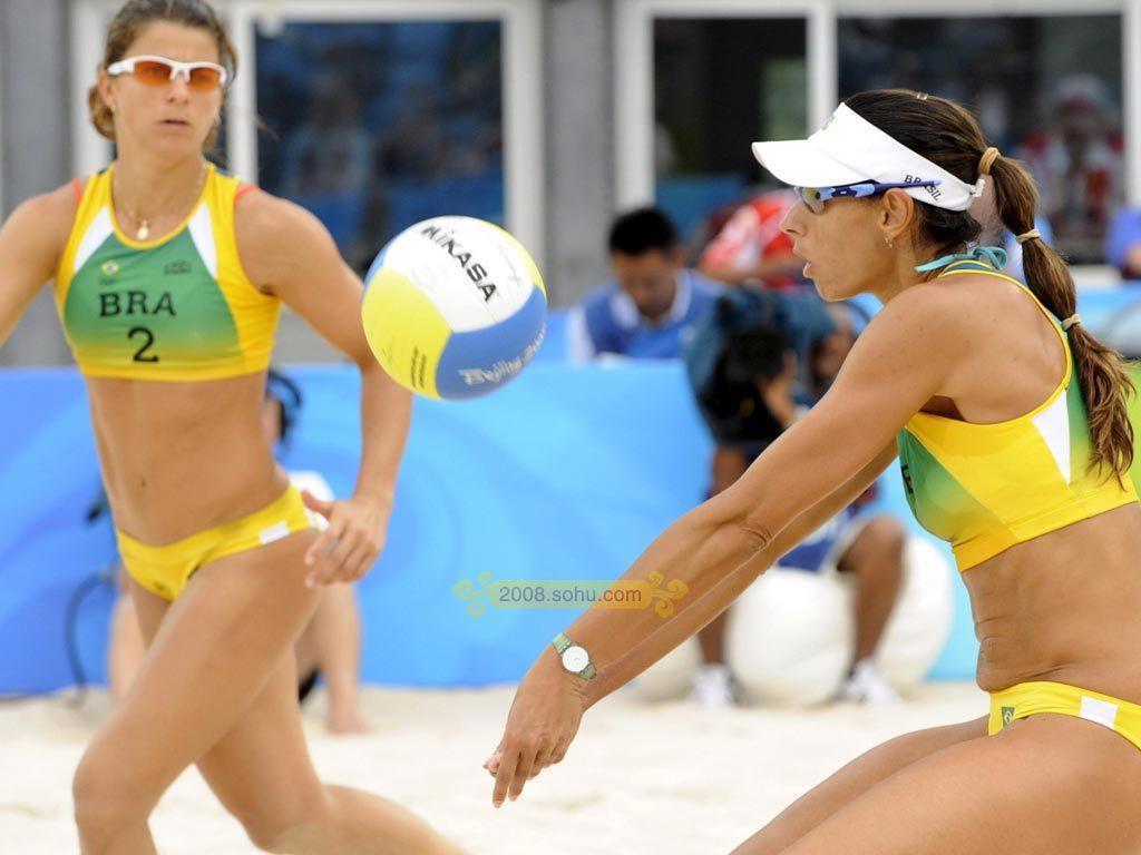 女子沙滩排球1/4决赛结束.第一场比赛,美国组合2比0战胜了高清图片