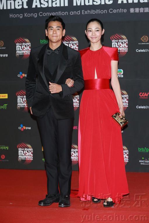 香港当地时间下午16:00,来参与颁奖典礼的明星陆续现身红地毯,