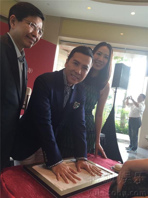 子丹汪诗诗现身新加坡,出席圣淘沙名胜世界记者招待会.会上隆重