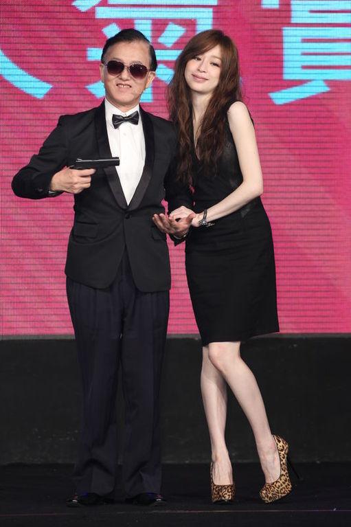 ,14日受邀为美妆大赏典礼担任颁奖人.她穿着无袖的黑色洋装出图片