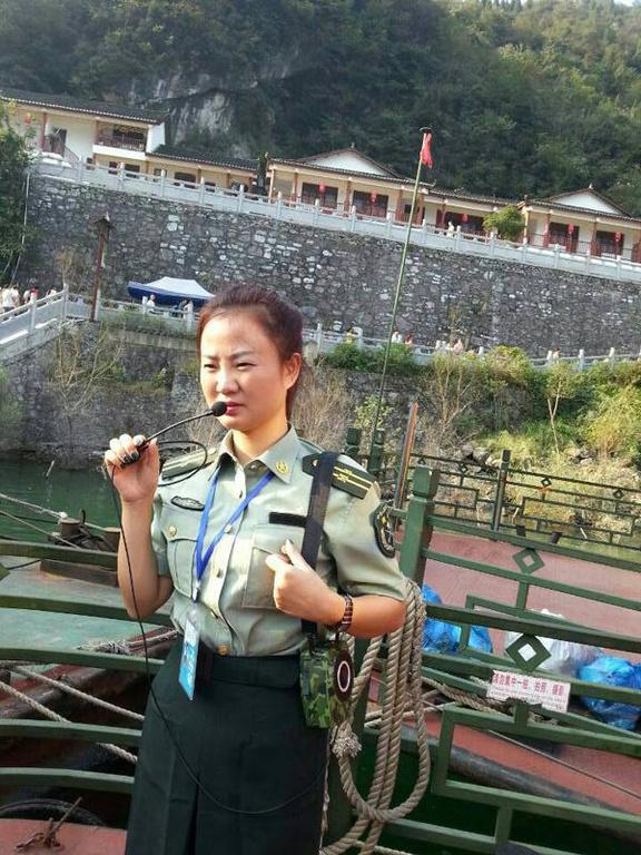 10月6日,在湖北清江画廊风景区,12艘仿古观光船上的导游,