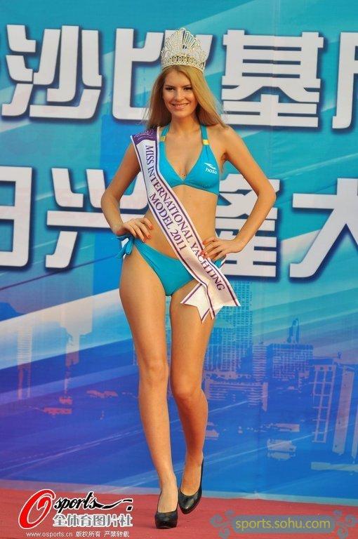 高清图 比基尼小姐为奥运助威 清凉性感惹遐思