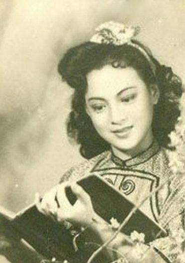"""""""小燕子,穿花衣,年年春天来这里……""""1957年,电影《护士日高清图片"""