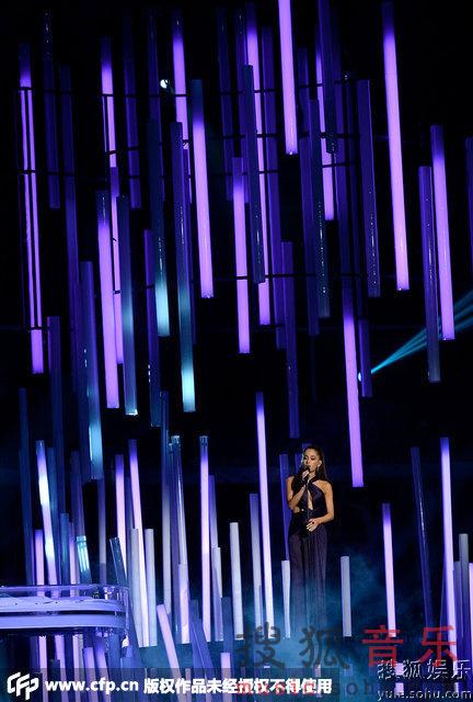 第57届格莱美现场 爱莉安娜 格兰德优雅献唱
