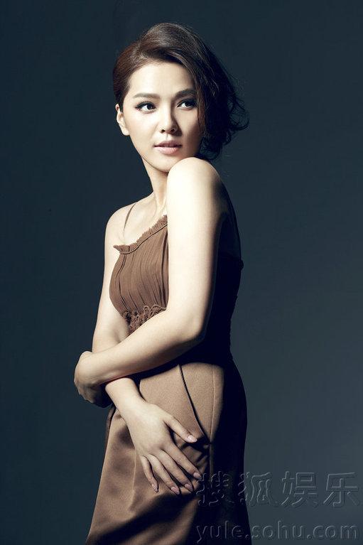 尽显清新复古中国风;时而巧克力色欧式复古束胸长裙,配以精致妆容