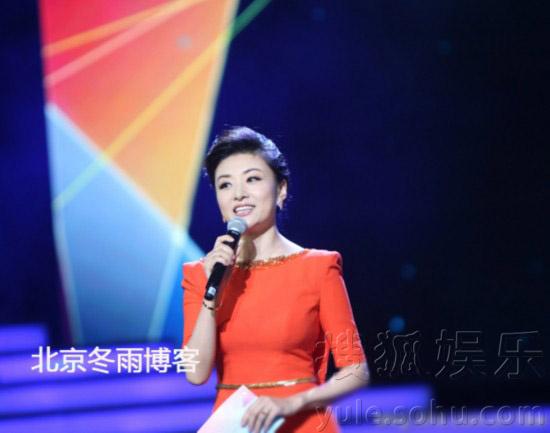 央视著名主持人周涛担任文艺中心副主任后,在电视上露面主持的机会