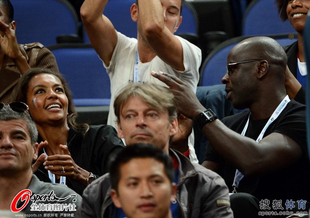 女篮决赛美胜法 图拉姆于场边加油助威