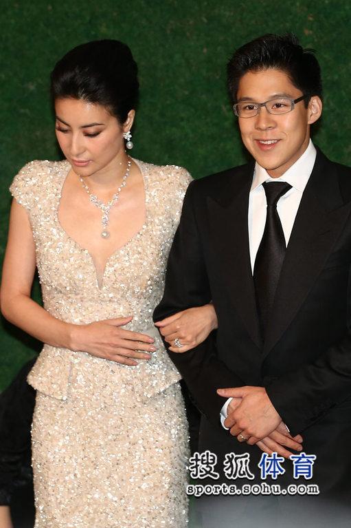 郭晶晶霍启刚甜蜜亮相 新娘服饰尽显高贵图片