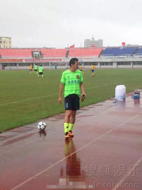 香港明星足球队踢友谊赛 被曝与对手起冲突互殴