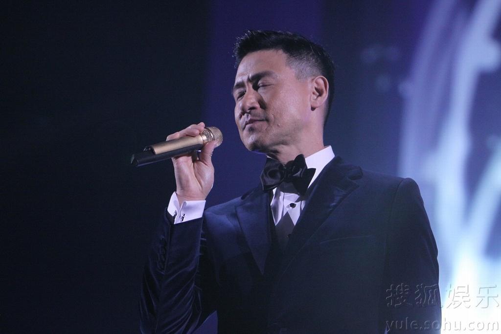 孙杨江苏跨年 周杰伦秀绝技用苹果弹钢琴图片