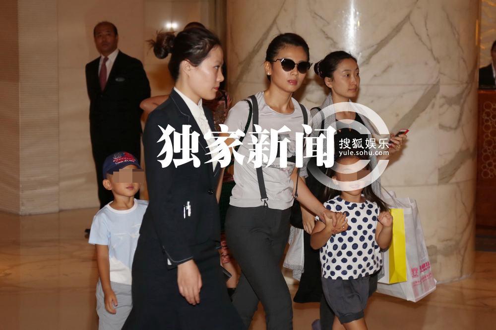 月12日下午,邓超孙俪夫妇在北京为女儿小花举办百日宴,俞白眉、