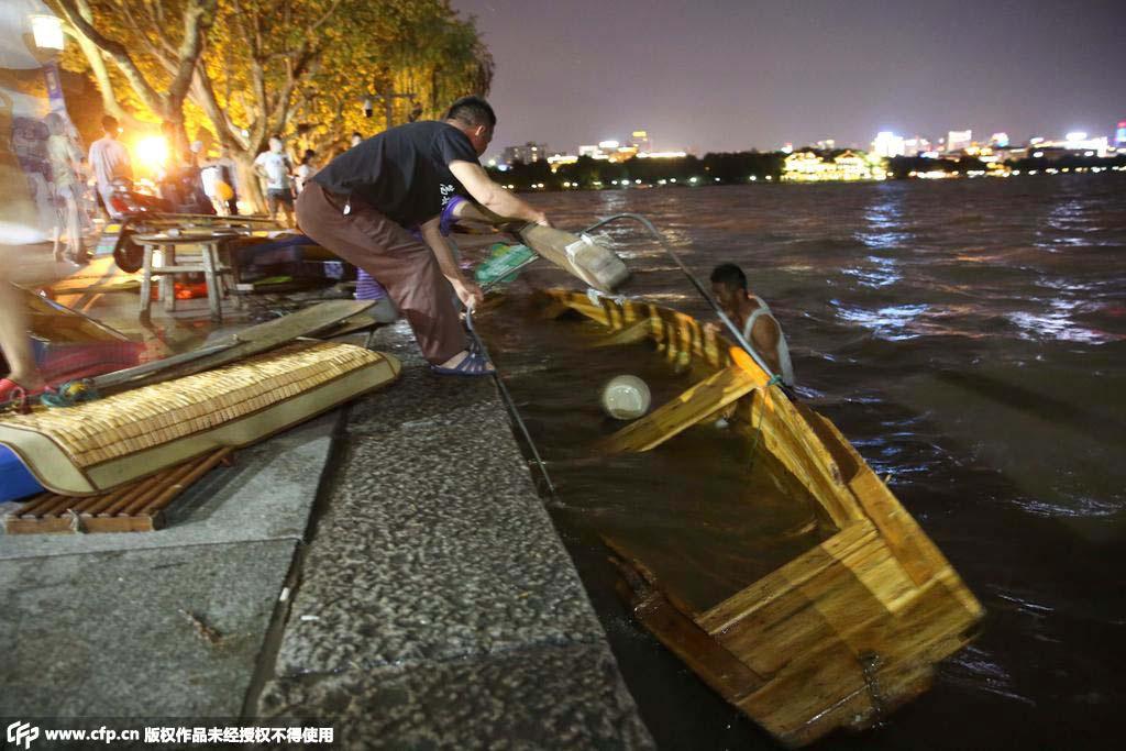 左右,杭州突然风雨大作,西湖景区湖面上不少游船被大风掀翻淹图片