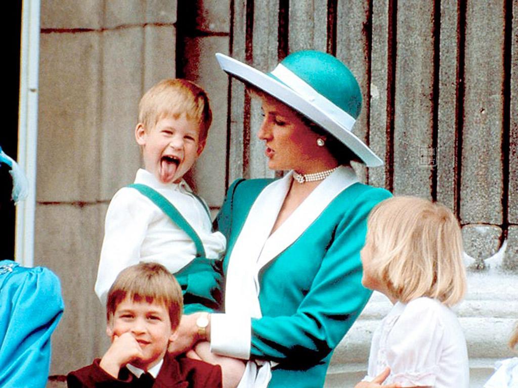 年6月11日,英国伦敦,戴安娜带着威廉王子和哈里王子在白金汉宫