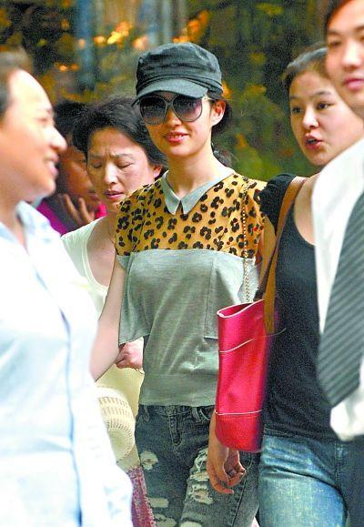 """见""""神仙姐姐""""刘亦菲的消息.昨日下午,记者在武汉天地偶遇久"""