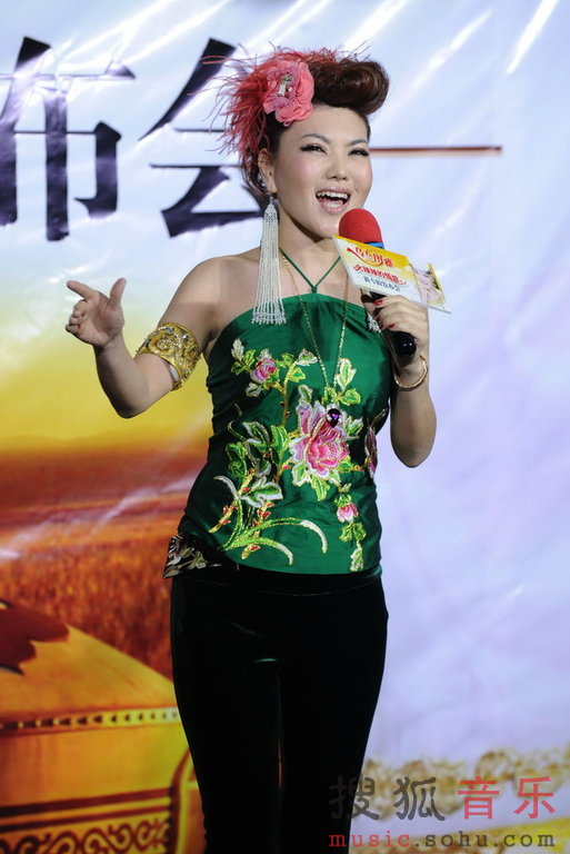 25日下午,素有蒙古之花美誉的歌手乌兰图雅,携其2012年全新专辑《火辣辣的情歌》在北京举办新专辑发布会。现场,她演唱了专辑中的三首作品,除了主打歌《火辣辣的情歌》之外,还有展现民族大爱的《赞歌》以及表达草原女子感情奔放豁达情格的《草原情哥哥》,整张专辑依然延续乌兰图雅《套马杆》《我要去西藏》《凤凰飞》等经典之作的草原节奏风。