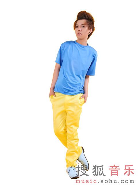 歌手杨臣刚共同创造并演唱的单曲 《看不清的傻瓜》 ,2013年高清图片