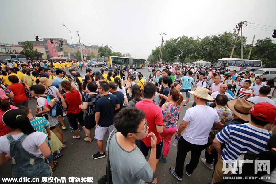 们的新宠,清华大学校门口,各路旅游团和外地游客为了进校参观,
