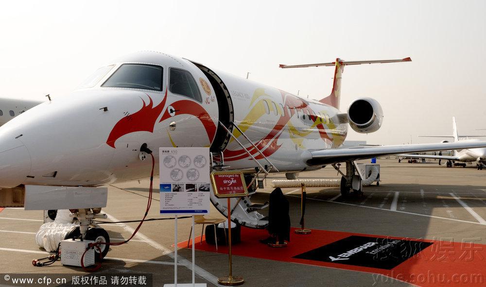 成龙私人飞机亮相上海 登机参观需穿拖鞋