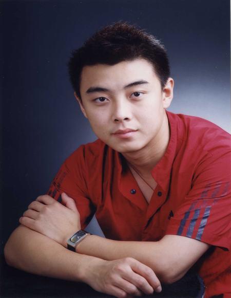 王皓小4岁,在总政歌舞团工作,是一名舞蹈演员.与王皓一样也是