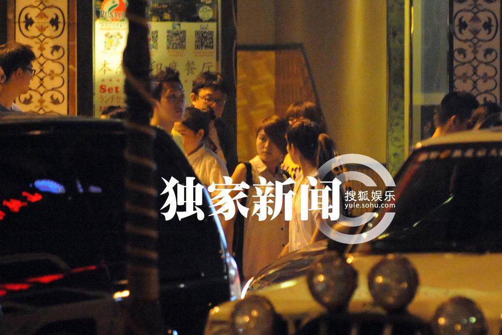 女友人的脖子往自己这边靠,女友人的手也十分识趣地搭上吴青