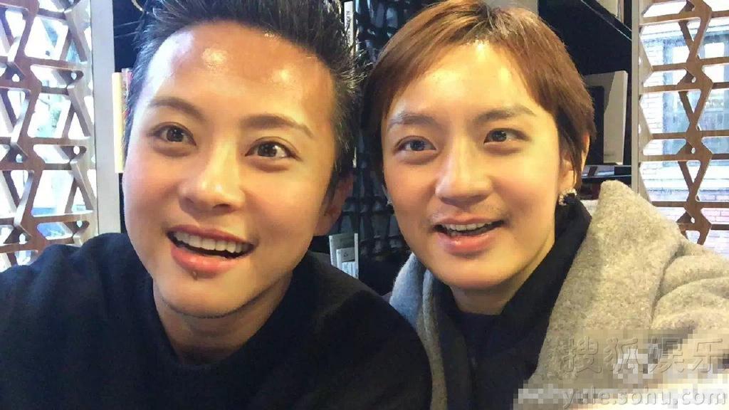邓超微博晒出与孙俪的合照,不过合影中两人互换脸庞,有点傻傻