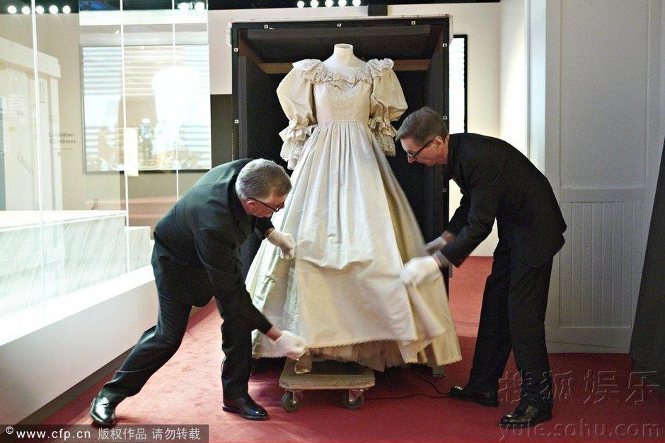 """""""上所穿的梦幻婚纱揭幕.这款象牙色真丝塔夫绸拖地长裙婚纱,让"""