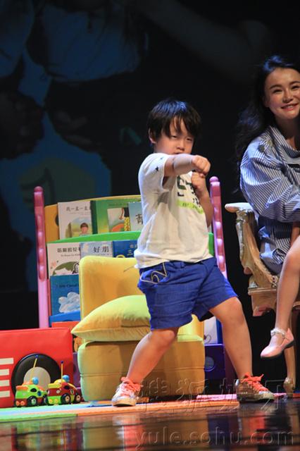 在上剧场演出,邹市明冉莹颖夫妇以及他们的萌娃宝贝邹明轩、邹明图片