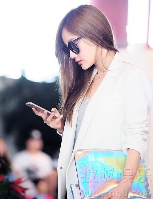 李小璐机场街拍显优雅 白色外套靓丽迷人图片