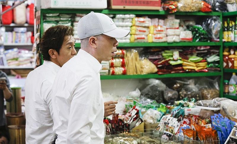 冯小刚和李咏逛菜市场 狂砍价只为省1块钱