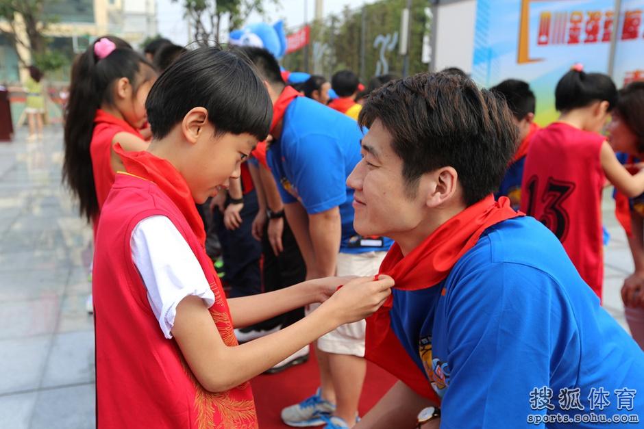 组图:四川男篮什邡慈善行 与小学生们篮球互动