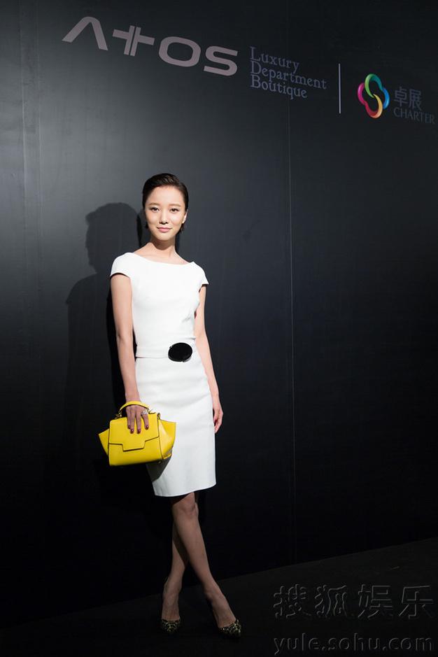 王珞丹任性黑白风 20套极简型格引时尚风潮