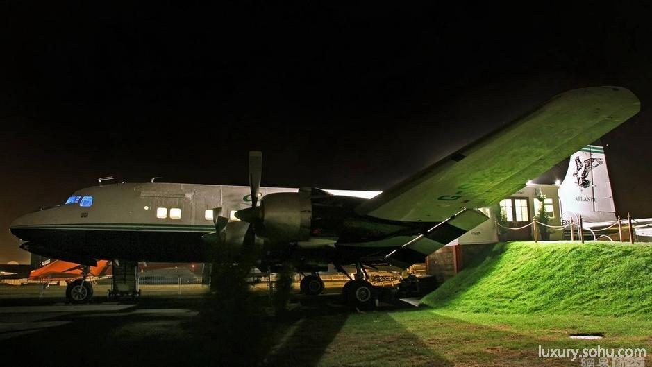 """每年世界各国都要淘汰大量的飞机,他们或被遗弃,或是以原材料铝的价格出售。近年来,有越来越多的建筑师将旧飞机改造成酒店、豪宅,即便是残破不堪的零部件也能成为炫酷的办公设施,演绎了一出出最令人惊奇的""""重生记""""。英国主厨托尼把一架退休的飞机改造成一家法式餐厅。"""