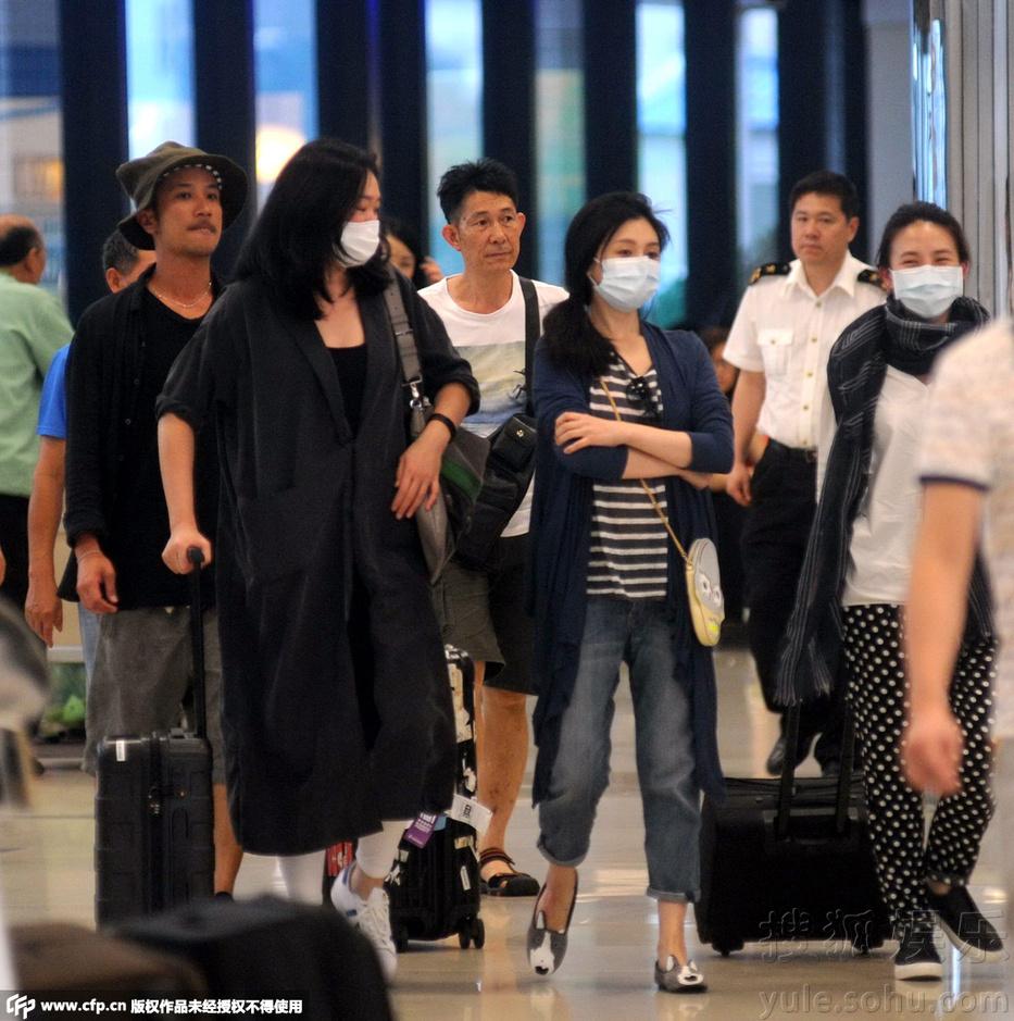 大S口罩遮面现身机场 助理贴心为其按摩肩膀