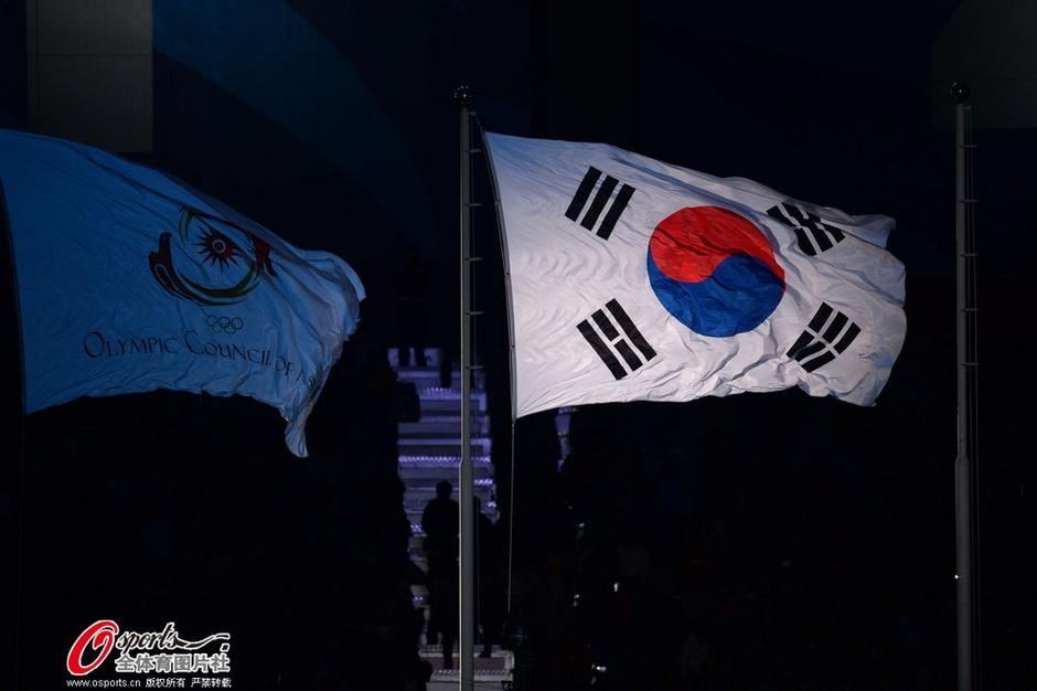高清:孙妍在等八人举韩国旗入场 中国国旗飘扬