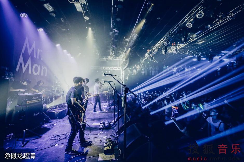 满江《Mr.Man 2016 LIVE》巡演上周五在北京糖果正式开唱,这也是这位文艺大叔入行多年来的首次巡演。 除新专辑中的十首歌曲及近年来发表的部分单曲外,新创作的5首作品也首次亮相。默契的乐队配合,扎实的现场功力,满江令全场整晚嗨翻。陈明、沙宝亮等多名圈中好友也现身捧场,牛奶咖啡及旅行团乐队更是专门买来香槟到后台给满先生及乐队庆祝。