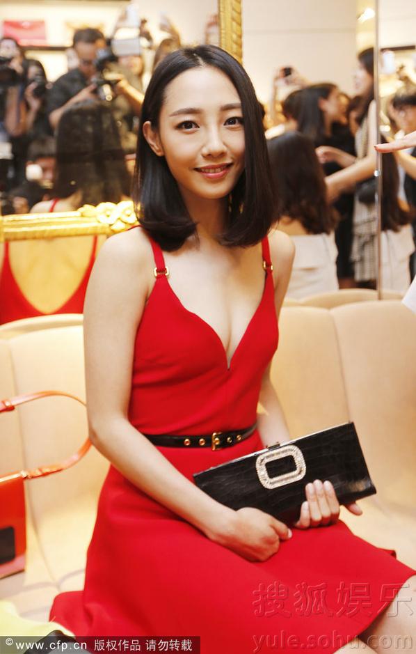 白百何青岛捞金与友人嗨聊 ,着红裙狂试背包包显可爱.