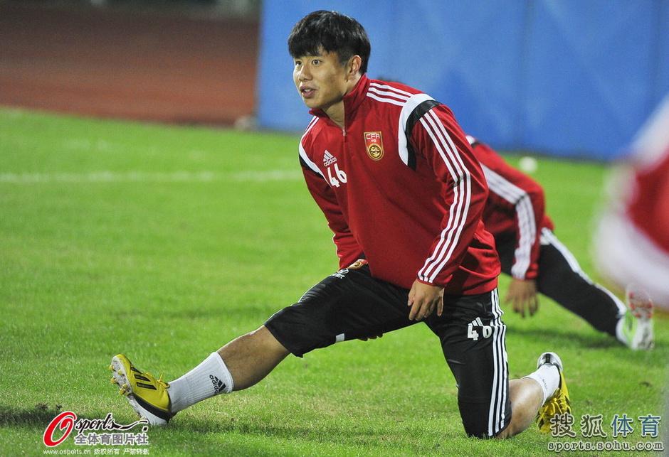 北京时间11月10日,在南昌集训的中国男足迎来了江苏舜天和山东鲁能的7名国脚,这7名球员在结束了足协杯决赛第一回合的较量后,马不停蹄的从济南飞往南昌,参与了今晚的部分训练。国足主帅佩兰也是迎接队员们的到来。