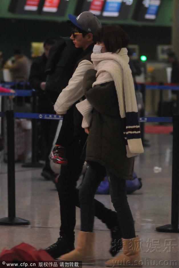 张亮带老婆孩子现身机场 抱熟睡天天赶飞机