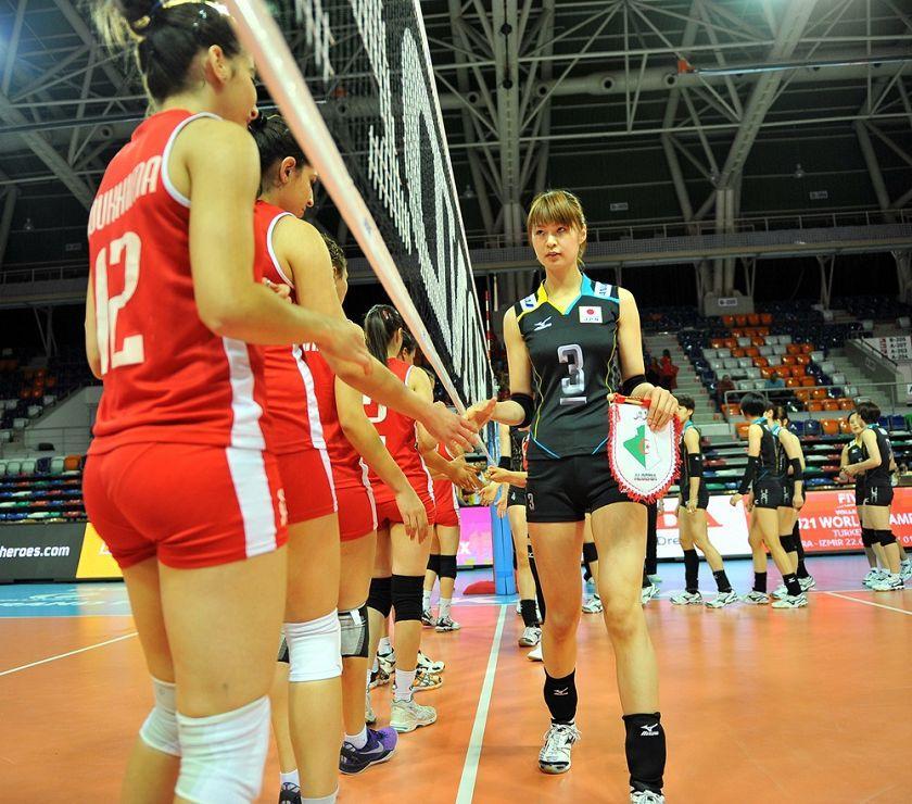 高清图:日本队激情庆祝胜利 美女队长秀剪手
