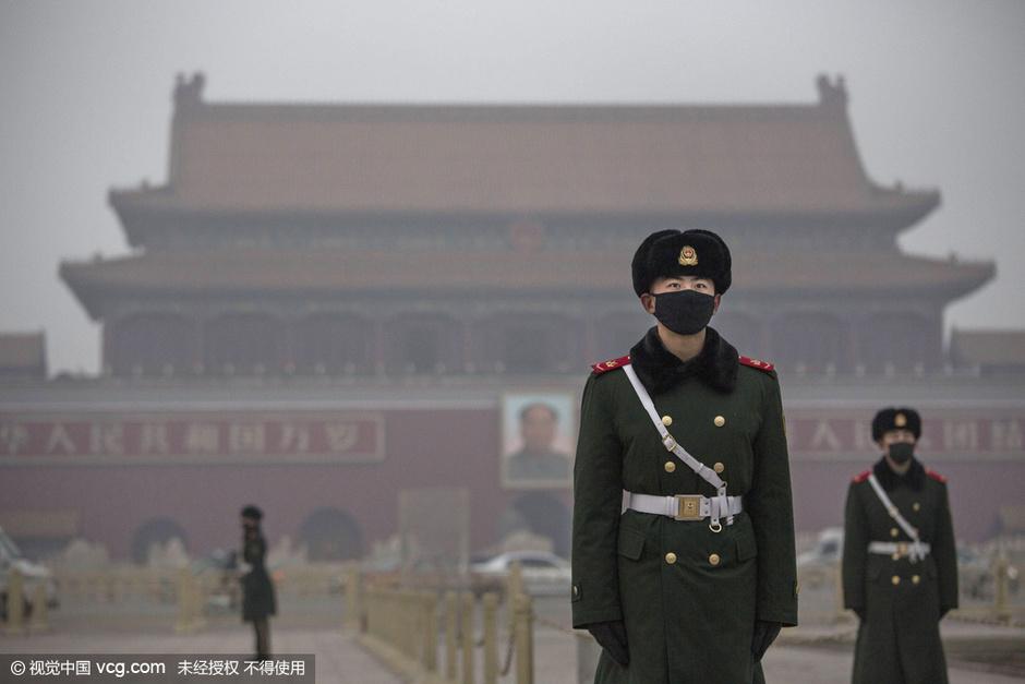 12月10日,北京进入空气重污染红色预警第三天。据预报,伴随冷空气入境,午后,北京市的空气污染扩散条件将出现好转,12时后,重污染红色预警将解除。但此后,随着气象条件再度转差,12日到13日北京或再次迎来轻度到中度霾。图为12月9日,北京,天安门广场戴口罩执勤的武警。