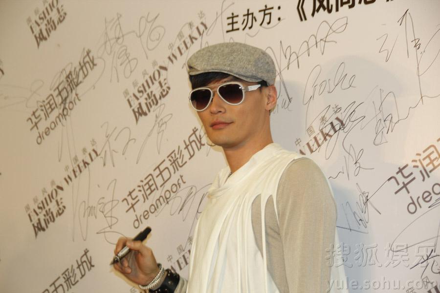 程皓枫亮相青年设计时装周 展帅气摩登范儿