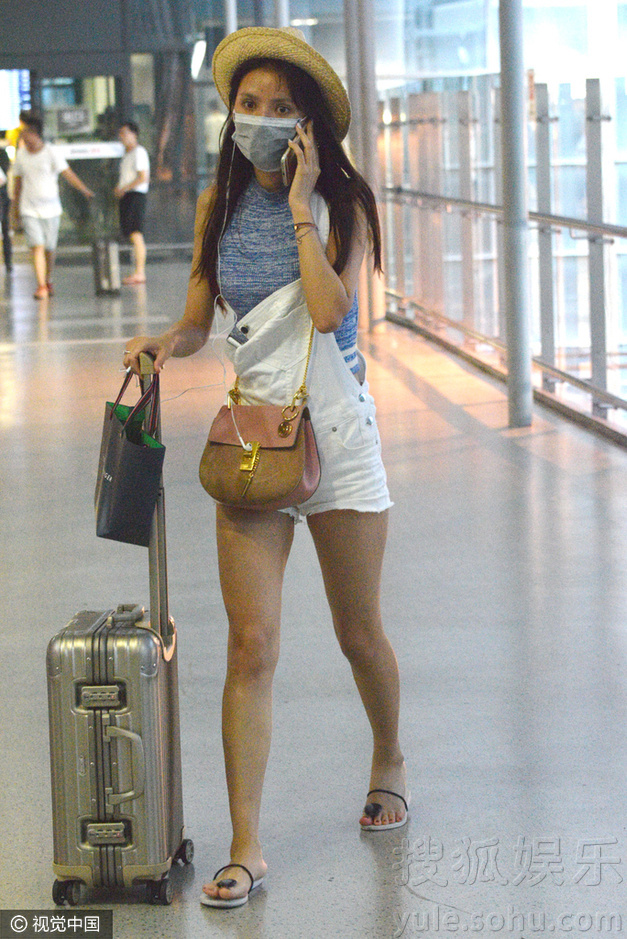 张予曦素颜现身机场 口罩遮面举电话热聊