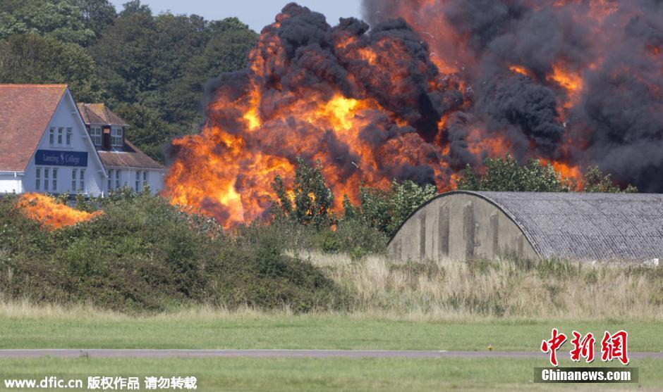 英国一架飞机航展表演时坠毁