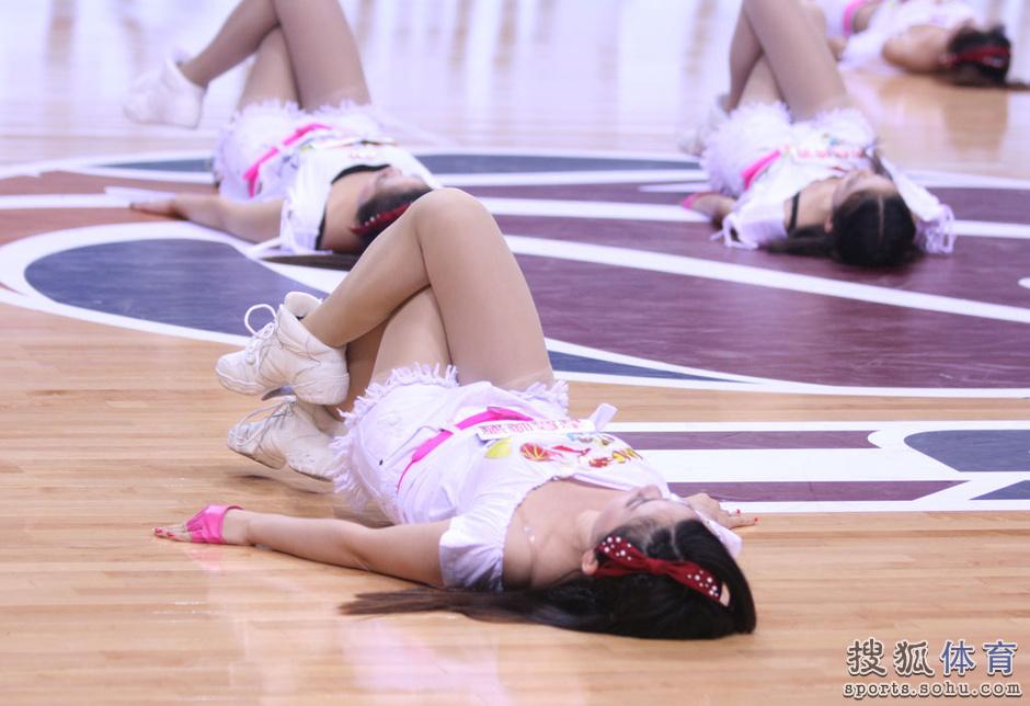 组图:同曦篮球宝贝热舞助阵 清纯美女笑容甜美