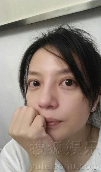赵薇剪短发素颜拍照 自嘲像女神经病